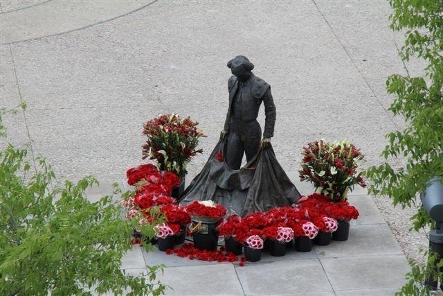 De mémoire d'Aficionado, jamais la statue de Nimeño II n'avait été aussi joliment fleurie...