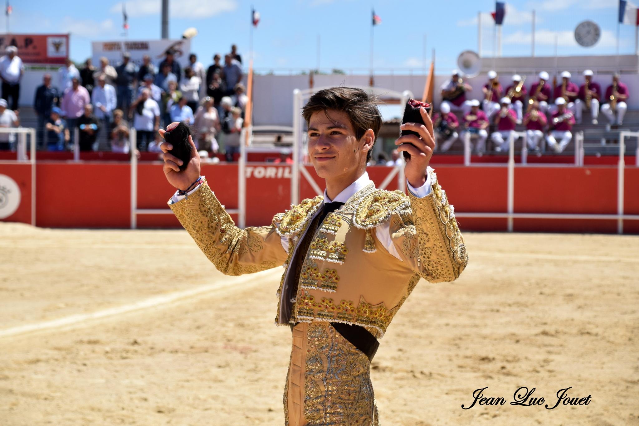 El Rafi coupe 2 oreilles à un novillo de Dolores Aguirre à Boujan, le 2 juillet 2017...